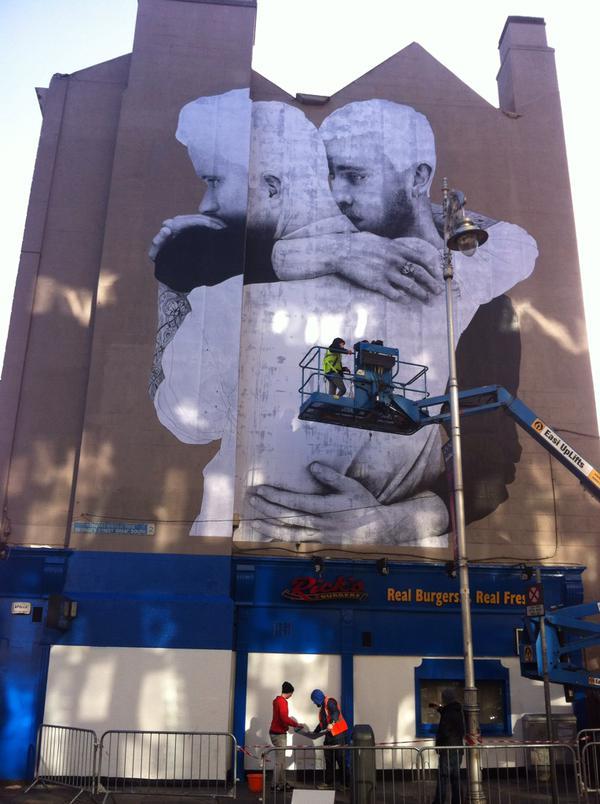 Mural gigante en el centro de dubl n en favor del for Dublin gay mural