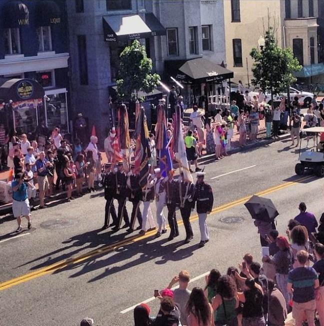 Policía gay besa a su novio frente a protesta religiosa en la celebración del Orgullo en Washington