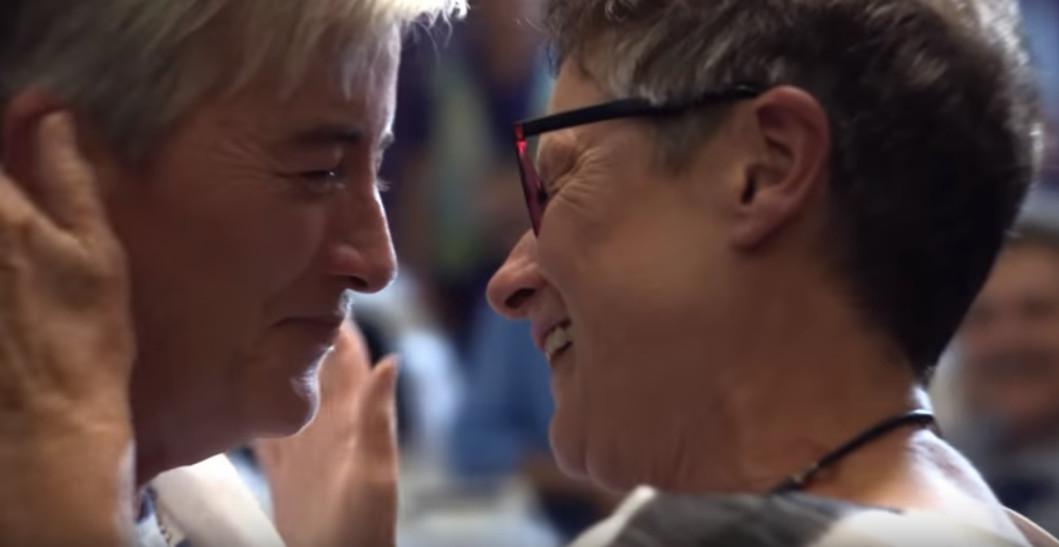 Apple. Matrimonio lesbianas