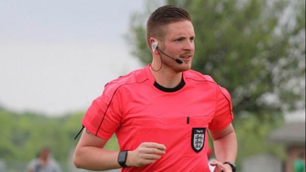 La FIFA se congratula de su primer árbitro inglés abiertamente gay