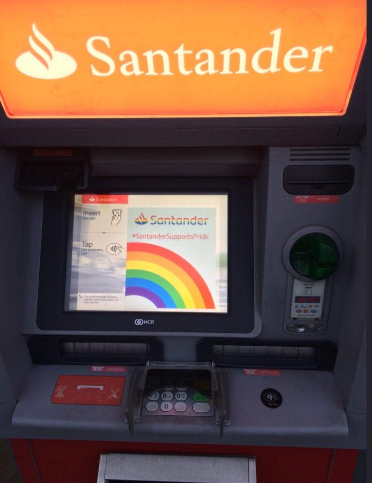 Atacados cajeros del Bancos de Santander por mostrar su apoyo LGBT