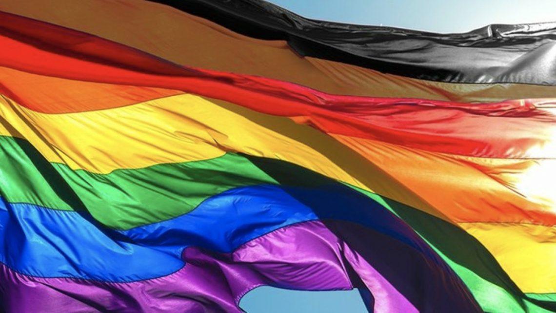 """Nueva bandera LGBT a debate con """"Más Color Más Orgullo"""""""