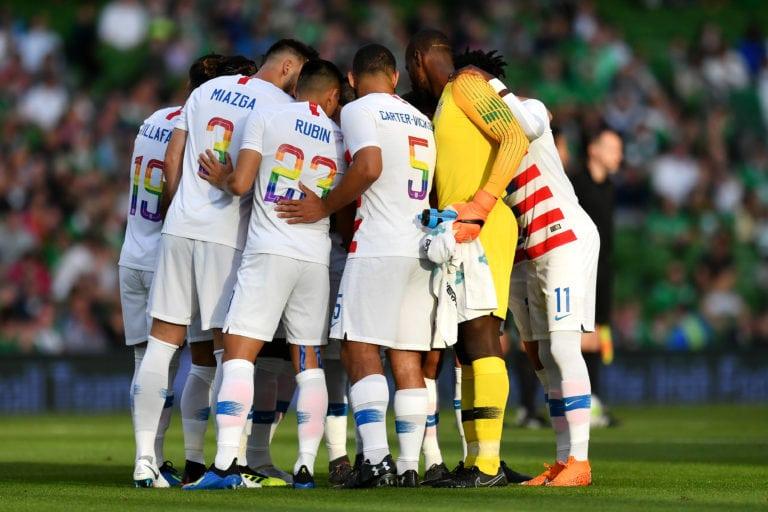 República de Irlanda y EEUU visten camisetas arcoiris en su partido amistoso