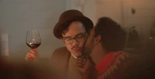 Beso de pareja gay en el anuncio navideño de Ikea
