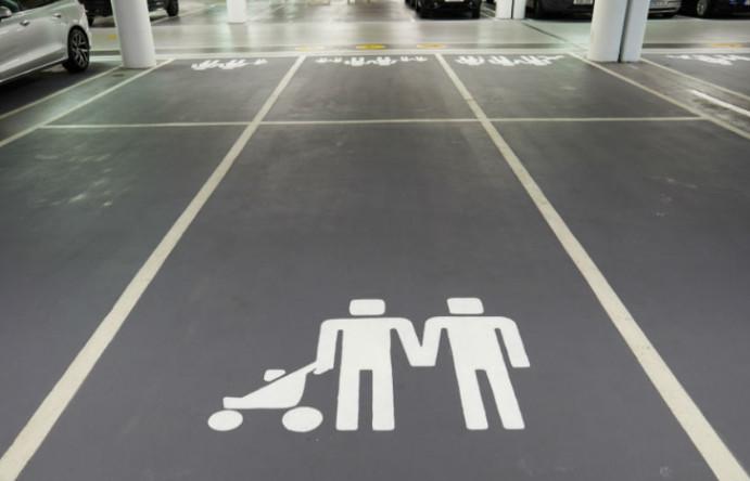 Volvo crea espacios de estacionamiento para familias LGBT en un centro comercial